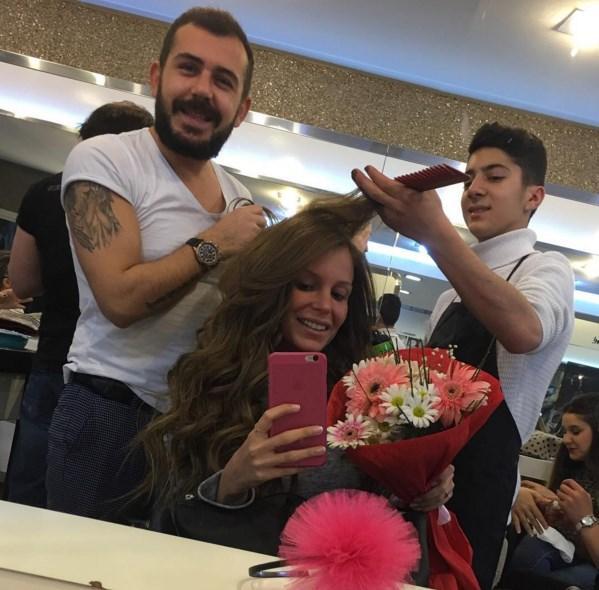 Merve Şarapçıoğlu  Cumartesi günü 20.02.2016, Nişan akşamım için, saçlar @ykpminaz 'ımın elindendi🎀 Ben nişan telaşından o gün aynı zamanda kendi doğum günümü unutmuştum, ama Yakupcum unutmamış💜🙏 Çiçeğimle karşılandım