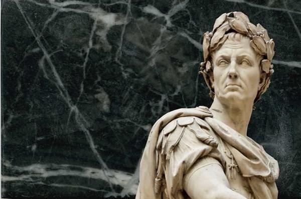 M.Ö. 46'da Jül Sezar, Yunan astronomu Sosigenes'in önerisi üzerine bir yılın 365 gün 6 saat olduğuna karar verdi. Buna göre, bir yıl 365 gün üzerinden hesaplanacak, kalan 6 saatler de toplanarak her dördüncü yıla 1 gün eklenecekti.