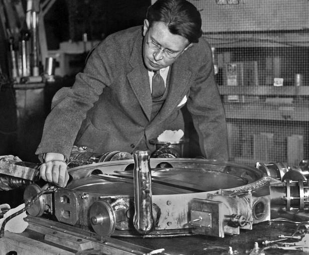 1940 - II. Dünya Savaşı nedeniyle Berkeley'de (Kaliforniya) düzenlenen bir törenle, Ernest Lawrence, Nobel Fizik Ödülü'nü İsveç'in San Francisco büyükelçisinin elinden aldı.