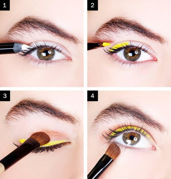 Sarı Eyeliner Makyajı Nasıl Yapılır?  Adım 1: Öncelikle ilk tabaka olarak beyaz göz kalemi uygulayın. Mükemmel bir düzlükte olmasına gerek yok. Adım 2: Üzerine sarı kalem çekin.
