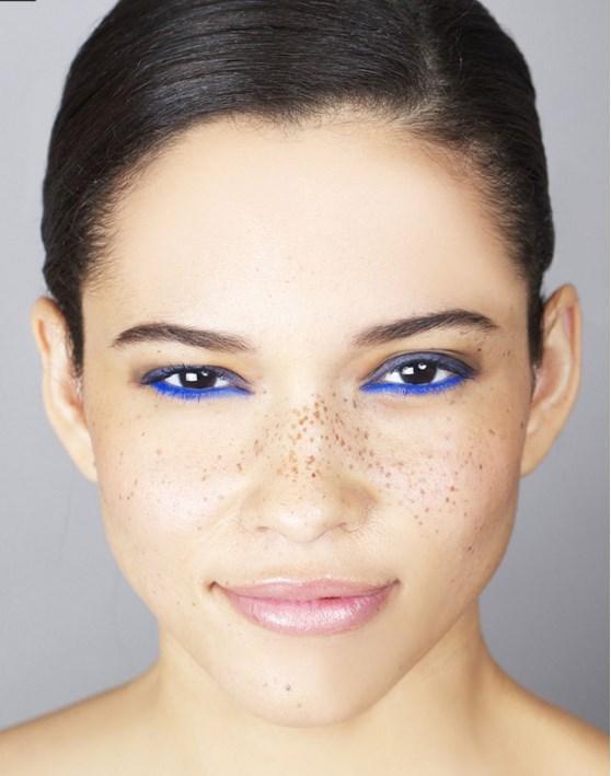 Adım 4: Gözünüzün içine sürdüğünüz mavi kaleme dağılmışlık hissi verin.  Adım 5: Üst ve alt kirpiklere maskara uygulayın.