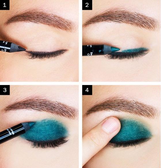 Koyu Yeşil Eyeliner Makyajı Nasıl Yapılır?  Adım 1:Önce siyah eyeliner ile çizgi çekin. Adım 2 ve 3: Siyah çizginin üzerine gelmeyecek şekilde tüm göz kapağına yeşil kalem sürün.
