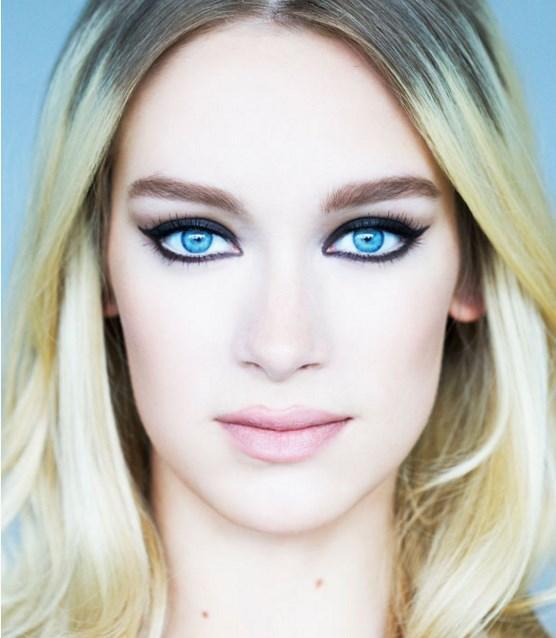 Adım 4: Şimdi, bir çok hafif nemli göz farı yardımıyla çizgiyi mükemmelleştirin.  Adım 5: Son olaral gözünüzün iç kısmına hafif beyaz kalem ve dudaklara hafif pembe ruj.
