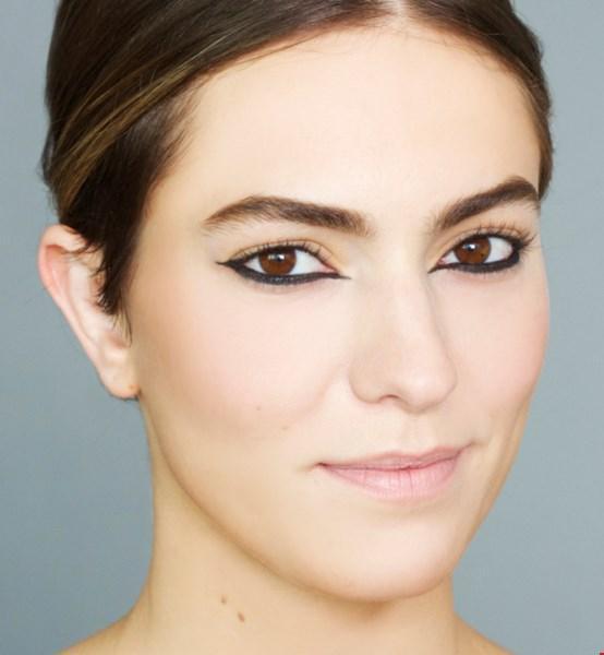3. Adım: Sonra mat siyah sıvı eyelinerı iki ucunda genişletilmiş şekilde çizin.  Adım 4: Son olarak sadece 3. adımda oluşturulan hattın üzerinden  eyeliner fırçası ile siyah mürekkep jel eyelinerınızı tamamlayın.