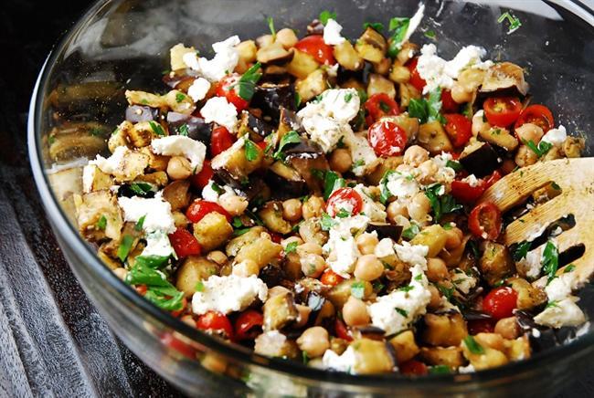 Sabah Kahvaltısı  * Türk kahvesi ( 1 fincan sade ) * Patlıcanlı salata ( 1 tabak ) Patlıcan Salatası Yapılışı  * Patlıcan ( 1 tane ) * Domates ( 2 tane ) * Zeytinyağı ( 1 çay kaşığı ) Hazırlanışı: Patlıcanları küçücük doğrayarak haşlayın ve haşlanmış patlıcanı tuzlayın ve 10 dakika tuzlu suda bekletin. İçine zeytinyağı ve domatesi ekleyip her sabah 1 tabak tüketin.