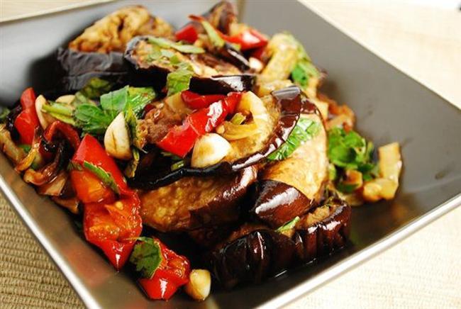 """Akşam Yemeği  * Sebzeli patlıcan ( 1 tabak ) * Çavdar ekmeği ( 1 dilim ) * Yoğurt ( 1 kase ) Sebzeli Patlıcan Tarifi  Patlıcanları dilimleyin ve içine istediğiniz sebzelerden ekleyin. Sarımsak taneleri de koyarak fırında pişene kadar bekletin. Yağ eklemeden az tuz ekleyin.  <a href=  http://yemek.mahmure.com/yemek-tarifleri/diyet-tarifler/Diyet-Patlican-Yemegi_2469 style=""""color:red; font:bold 11pt arial; text-decoration:none;""""  target=""""_blank""""> Diyet Patlıcan Yemeği Tarifi"""
