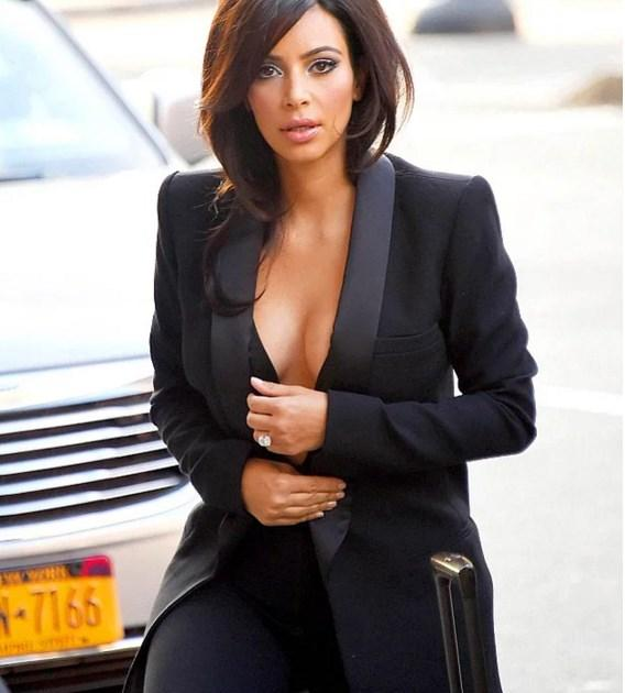 Kim Kardashian'ın Dekolte Sırrı Çözüldü! - 16