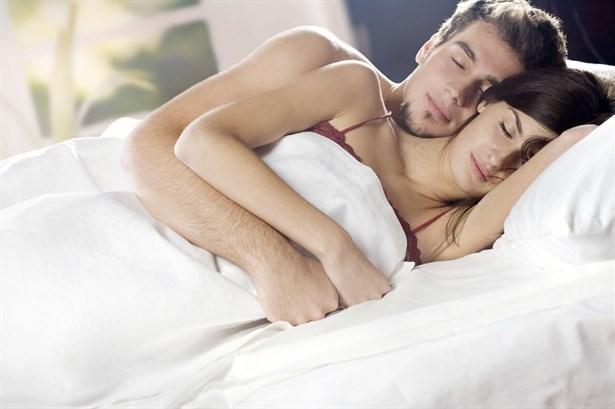 """Denge  Bu pozisyonda uyuyan çiftler için huzurlu bir uyku, cinsel yaşamdan daha ağır basıyor. Genelde """"Tutku""""dan """"sevgiye"""" geçiş yapan çiftler tercih ediyor. Bu pozisyon, partnerler arasındaki güven ve sevgiyle, daha rahat bir ortamda uyuma arzusu arasındaki dengenin sağlandığına işaret ediyor. Erkeğin eliyle partnerinin beline hafifçe dokunması da bunun en önemli göstergesi.   Yüz Şeklinize Göre Karakter Analiziniz!"""