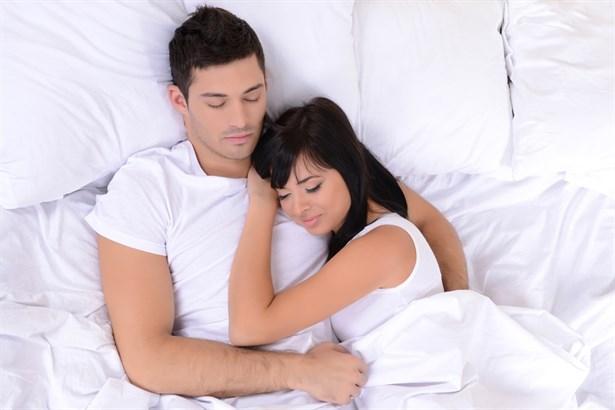 'Aşıklar yattığı yerden belli olur'. Bu söz, doğru olabilir mi sizce? Yanıtını hemen söyleyelim; evet! Uzmanlar, uyurken partnerinizle birlikte aldığınız pozisyonun, belki kendinize bile itiraf edemediğiniz duygularınızı ortaya çıkardığını iddia ediyorlar. Peki, ya siz, nasıl uyumayı tercih ediyorsunuz? Yatağa girdiğinizde uyumadan önce partnerinizin yanına süzülüyor, göğsüne yaslanarak huzura kavuşuyorsunuz. O da bu yakınlığı karşılıksız bırakmıyor ve sizi sevgiyle bağrına basıyor.  Sabah uyandığınızda ortaya çıkan tablo ise aşkınızla ilgili düşüncelerinizi hayal kırıklığına uğratıyor: Partneriniz, yorgana el koyması yetmiyormuş gibi, bir de sırtını size dönmüş bir halde uyuyor. Sabaha kadar sarmaş dolaş, yüz yüze uyuduğunuz, birbirinizden adeta kopamadığınız gecelere ne oldu? Yoksa size sırtını dönmüş olmasının nedeni, ilişkinizde sorunlar başladığının bir işareti mi? Amerikalı araştırmacı Dr. Mark Goulston ile Samuel Dunkell de 'yataktaki beden dilini' araştırmaya koyulmuşlar. Ve uzun yıllar süren çalışmalar sonucunda şu karara varmışlar: Uyurken aldığımız pozisyon, bize, aşk hayatımızı anlatabiliyor. Ancak uyumadan önce yatağa girer girmez seçtiğimiz pozisyon, uyurken tesadüfen değişen hareketlerimizden çok daha net sonuçlar veriyor.   Şimdi çeşitli uyku pozisyonlarının yer aldığı fotoğraflara göz atın. Ve size uygun pozisyonu seçerek aşkınızı test edin!   Yüz Şeklinize Göre Karakter Analiziniz!