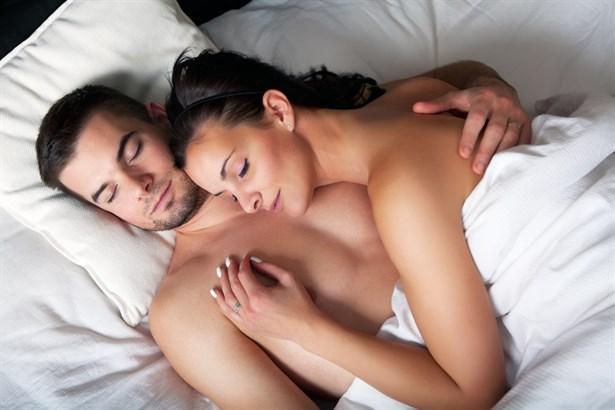 Sevgi düğümü  Bundan daha yakın bir pozisyonda uyumak neredeyse mümkün değil. Birbiriyle kaynaşmak isteyen çiftler için en ideal uyku şekli aslında. Bu pozisyonun ardında yatan gerçek ise çiftlerin hislerini aktarmak için uyumadan önce partnerlerinin gözlerinin içine bakmak istemeleri. Dr. Goulston'a göre çiftler, bu pozisyonla, sevmenin ve sevilmenin keyfine varmak istiyorlar. Yani tutkulu bir ilişkinin kanıtı da denebilir bu uyku pozisyonu için. Ancak birbirine kenetlenmiş bir halde uyumak zamanla bedensel açıdan rahatsızlık verebilir.
