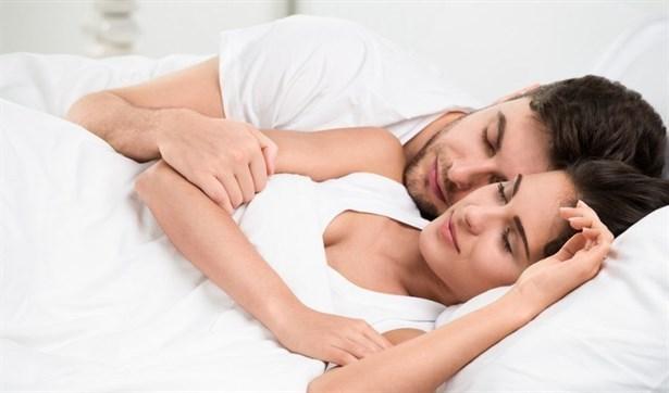 """Koruyucu melek  Sevgi düğümü pozisyonunun bir sonraki aşamasını oluşturuyor Partnerler daha rahat bir pozisyonda uyumayı isteseler de birbirlerine dokunmaktan asla vazgeçemiyor. Bu pozisyon, çiftler arasında rekabetin olmadığını açıkça gösteriyor. Aynı zamanda birbirlerine karşı yoğun güven duygusu taşıdıklarını da. Yatakta kimin kime sarıldığının ise bir önemi yok aslında. Çiftlerin yatakta verdikleri mesaj şöyle: """"Biz birbirimize aidiz ve karşılıklı koruma içgüdüsünü taşıyoruz""""."""