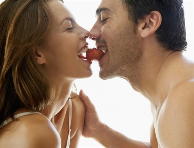 Erkeklerin fantezileri nereye kadar normal nereden sonra sapkınlık?  Aslında bir kişi cinsel fantezi kuruyorsa, bu o kişinin sağlıklı bir cinsel yaşamı olduğunun ya da olacağının göstergesidir. Hayatını eğlenceli hale dönüştürebiliyorsanız, monotonluktan uzaklaşıp heyecan katabiliyorsanız, üzerinizdeki baskıları azaltabiliyorsanız, çok ileri gitmemek kaydıyla bu sizin günlük hayatınızı rahat ve huzurlu bir şekilde geçirmenize de yardımcı olur. Cinselliğin DAHAsına varırsınız, istediğinizi de, hazzı da, orgazmı da en üst noktalarda yaşarsınız. Kendinize daha çok güvenirsiniz, kısacası hayatınızı kolaylaştırır ve renk katarsınız.