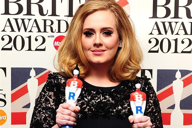 """Adele Laurie Blue Adkins 5 Mayıs 1988 senesinde Tottenham, Londra, İngiltere'de doğdu, İngiliz şarkıcı-söz yazarı ve müzisyen. Adele olarak tanınmaktadır. 2006 yılında bir arkadaşının Adele'e ait bir demoyu Myspace'e göndermesinden sonra XL Recordings, şarkıcıya bir kayıt sözleşmesi teklif etti. Bir sonraki yıl, BRIT Ödülleri'nde """"Eleştirmenlerin Seçimi"""" ve BBC'nin """"2008'in Sesi"""" ödülünü kazandı.  <a href=  http://magazin.mahmure.com/magazin-gundemi/Adele-Gercekten-Turk-Asilli-Mi_1099251 style=""""color:red; font:bold 11pt arial; text-decoration:none;""""  target=""""_blank""""> Adele Gerçekten Türk Asıllı Mı ?"""