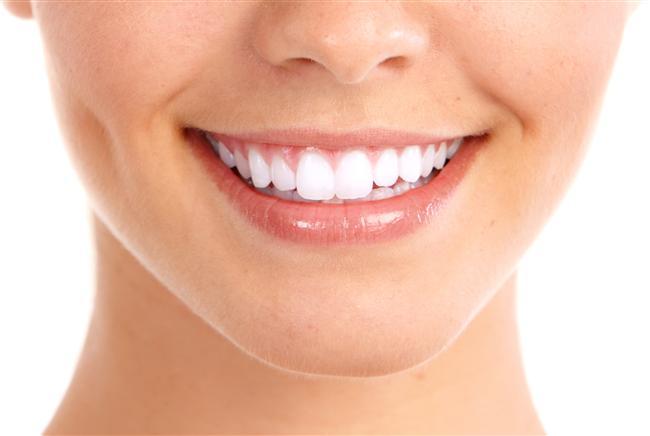 Dişlerdeki kırık, ayrık gibi şekil bozuklukları bonding yöntemiyle gideriliyor. Hemen hemen tüm yaş gruplarına uygulanabilen Bonding yönteminde kullanılan malzemeler, dişin dış yüzeyine tutturularak uygulanıyor, dişlerdeki şekil ve renk bozuklukları bu şekilde gideriliyor.  Bu yöntem sayesinde, kırılmış veya başka şekilde hasar almış dişler onarılıyor, dişler arası boşluklar kapatılıyor, diş boylarını istenilen düzeye getirmek mümkün oluyor.  Bu yöntemde seans süresi yaklaşık 15 dakika – 1 saat aralığında sürüyor. Seans süresi, kişinin diş yapısı ve durumuna göre değişkenlik gösterebiliyor. Bu uygulama esnasında herhangi bir ağrı oluşmadığını belirten Diş Hekimi ve Protez Uzmanı Çağdaş Kışlaoğlu, çoğu zaman dişi uyuşturmaya dahi gerek duymadan işlemin yapılabileceğini söylüyor.  İşte sorular ve cevaplarıyla bonding uygulaması...