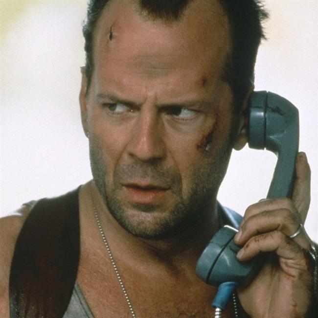 BRUCE WILLIS  1955 doğumlu Amerikalı sinema oyuncusu Willis, 1988 yapımı Die Hard (Zor Ölüm) adlı filmde canlandırdığı John McClane karakteriyle sinemaseverlerin favorilerinden biri ama akademinin değil...
