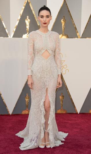 Rooney Mara'nın kıyafeti değerlendirme yapanları ikiye böldü. Bazıları güzel bulurken bazıları da kıyafetin çok fazla dekoltesi olduğunu söyleyip eleştirdi.