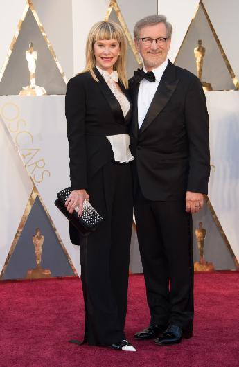 Steven Spielberg'in karısı Kate Capeshaw da gecenin kötü giyinenleri arasında gösterildi.