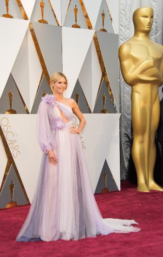 Heidi Klum'un elbisesi ise geceye damga vurdu. Hangi yorumcuya ya da sosyal medya kanalına bakarsanız hepsinde açık ara gecenin en kötü elbisesi seçildi. Herkes birbirine Klum gibi tecrübeli bir modelin nasıl böyle bir seçim yaptığını sorup durdu.
