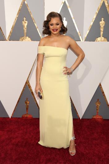 Andra Day'in sarı elbisesi aslında kötü bir tasarım değil. Ama onun üzerinde iyi durmamış.