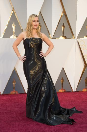 """Gelelik Mate Winslet'ın elbisesine.. En acımasız şekilde eleştirilenlerden biri de Winslet. Onu kırmızı halıda görür görmez soluğu klavye başında alanlar bu elbiseyi """"çöp poşetinden, erimiş vinlekse"""" kadar birçok şeye benzetti, bir sürü şeye benzetti."""