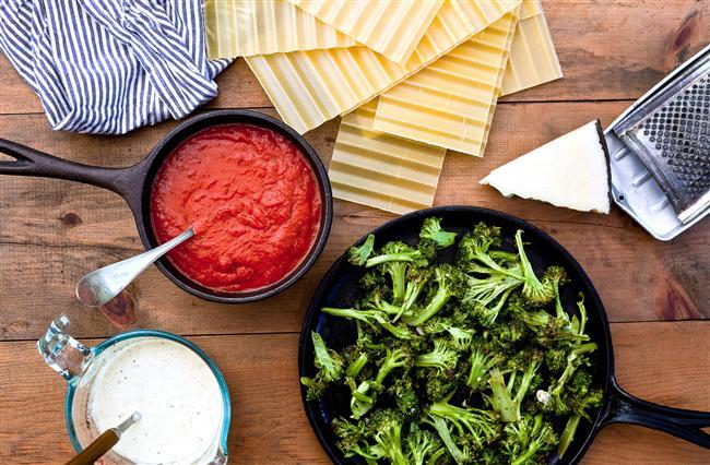Brokoli + Domates  Brokoli domates ikilisi birleşince kansere karşı etkileyici bir performans gösteriyor. Kanser araştırmalarında, brokoli, domates ve ikisini de içeren farklı diyet kombinasyonlarının prostat kanseri gelişimini yavaşlatmaya yönelik etkisini incelediler ve sonuç olarak yalnızca domates bulunan diyetin kanser oranını %34, yalnız brokolinin %42, hem domates hem brokolinin ise %52 azalttığını ortaya koydular.  Tüketin: Zeytinyağında biraz kavurup baharatlarla zenginleştirdiğiniz domates sosunu haşlanmış brokolinin üzerine ekleyin!