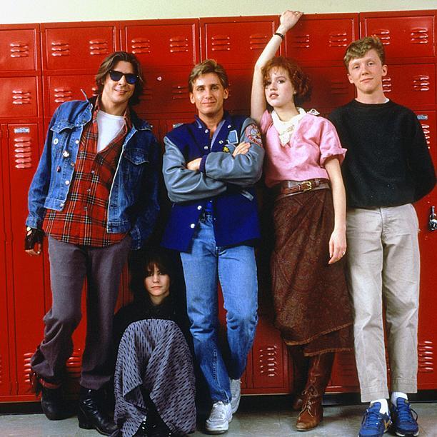 Kahvaltı Kulübü / The Breakfast Club (1985)  Amerikan lise hayatından beş ayrı klişe karakter kendilerini, cezalı oldukları cumartesi gününü okul kütüphanesinde geçirmek üzere bir arada bulurlar: bir sarışın, bir anarşist, bir inek, bir sporcu ve bir entel! Disiplin delisi lise müdürünün manasız testesteron gösterileri karşısında hem kendi kendilerini, hem de ne çok ortak yönleri olduğunu keşfedecekleri bir güne dönüşecektir bu!