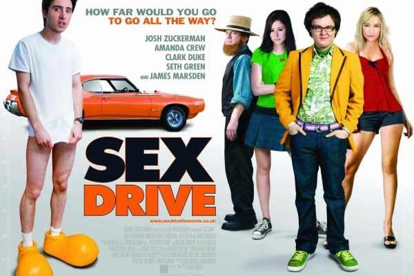 Skor Peşinde / Sex Drive (2008)  Ian Lafferty içi içine sığmayan, patlayacak bir bomba misali etrafta gezinen bir ergen çocuktur. Artık 18 yaşına gelmiştir ve bakirliğini kaybetmek için can atıyordur. İnternette tanıştığı seksi bir kızla birlikte olmak için en iyi arkadaşları olan Lance ve Felicia ile yollara dökülürler. Üç kafadarın, kendi cinsel devrimlerini gerçekleştirme uğruna, Amerikan topraklarını baştan başa kat ederken başlarına gelecek birçok talihsizlik vardır ve tabi cinselliğin keşfi bağlamında seksi kaçamaklar da er ya da geç kahramanlarımızın başına gelecektir.