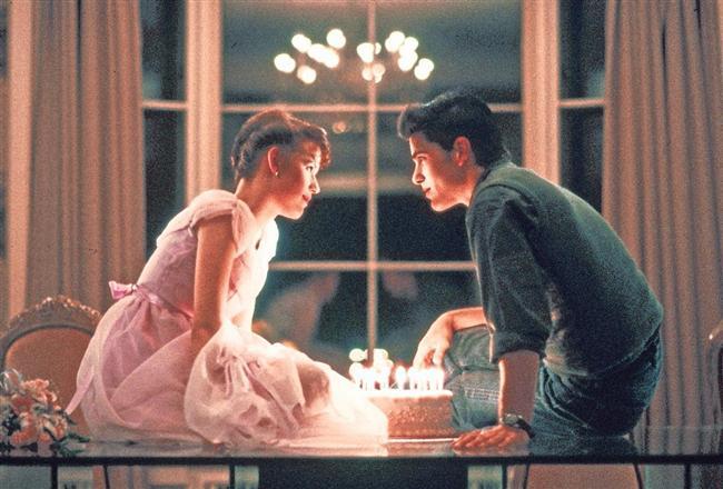 16. Doğum Günüm / Sixteen Candles (1984)  Samantha'nın hayatı hızla inişe geçmiş bir haldedir. On beş yaşındaki bu genç kız okulda bir çocuğa aşık olur. Okulun en sevimsiz tipi de ona aşıktır. Samantha'nın ablası evlenmek üzeredir ve bu olayın telaşı içerisindeki ailenin tüm diğer fertleri, kendisinin yaş gününü unuturlar. Bütün bunlara ek olarak da dehşet utanç verici bir büyük anne ve büyük baba, yabancı bir dönüşüm öğrencisi olan Long Duc Dong'un varlığı ile genç bir kızın dünyasına eğlenceli bir yolculuğa çıkmaya hazır olun.