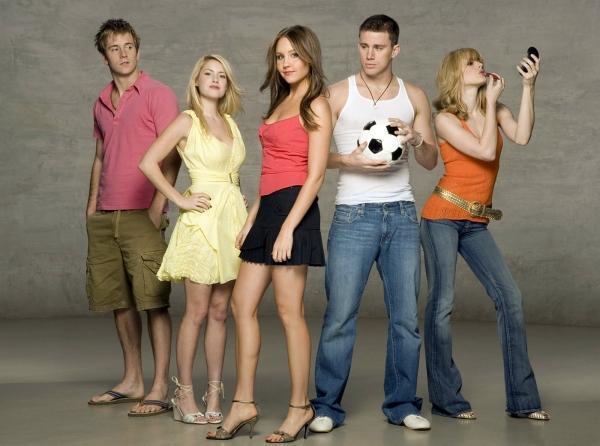 Seksi Futbolcu / She's the Man (2006)  17 yaşındaki futbol takımı oyuncusu Viola Hastings, kızlar takımı elenince erkek kardeşinin lisesinin erkek futbol takımına girebilmek için her şeyi yapmaya karar verir. İkiz kardeşi Sebastian'ın yurt dışında olmasını fırsat bilerek onun kılığına girer ve futbol takımına kendisini kabul ettirir. Viola takım arkadaşına aşık olur fakat gerçeği gizler. Bu sırada Olivia isminde bir genç kız da Sebastian'a aşık olur ve işler gitgide karışık bir hal alır.