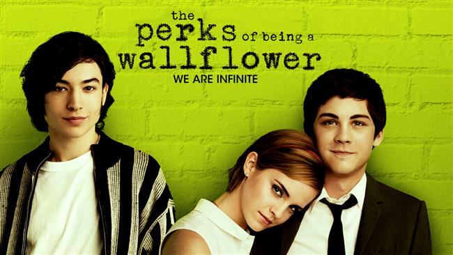 Saksı Olmanın Faydaları / The Perks of Being a Wallflower (2012)  Charlie, arkadaşları tarafından daima küçümsenen ve görmezden gelinen, kendi dünyasındaki kişisel sorunlarıyla boğuşmakta olan sorunlu bir gençtir. Gerek sınıf gerekse okul arkadaşlarının acımasızca alay ettiği Charlie, en yakın arkadaşının intihara teşebbüs etmesiyle iyice dibe batar. Aynı sene liseye başlar. Bu yeni okulda tanıştığı iki kardeş, Sam ve Patrick'in kendisini arkadaş olarak kabul etmeleri başlarda imkansız gibi görünse de kısa zaman içerisinde yakın arkadaş olurlar. İki kardeş, son derece çekingen bir genç olan Charlie'yi uyandırıp ona hayattan zevk almayı öğretmeye başlarlar. Charlie, her daim bir kenarda beklemekte olan çocukluk travmasıyla baş etmeye çalışacak; Sam ve Patrick aracılığıyla gerçek dünyayı tanımaya başlayacaktır.