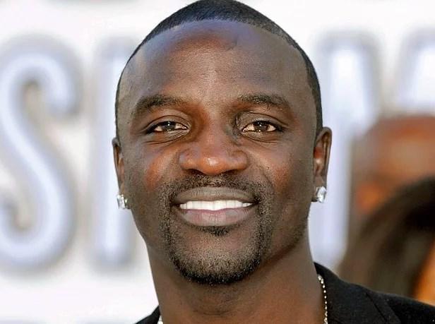 Akon - Sri Lanka  Akon'un Sri Lanka hükümeti tarafından yasaklanmasının arkasındaki sebep ise ünlü şarkıcının bir klibinde Buda heykelinin önünde bikinili kızlarla dans etmesi.