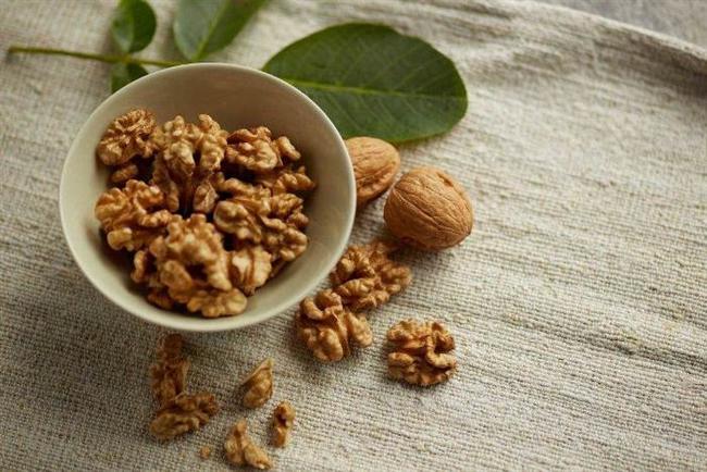 Ceviz, yaygın olarak tüketilen yemişler ve yerfıstıkları arasında en yüksek oranda polifenol içeriğine sahiptir. Polifenollerin büyük çoğunluğu antioksidandır  ve kalp hastalıkları ve kanserden korunmada güçlü bir rol oynadığı bilinmektedir. (Vinson, 2012)