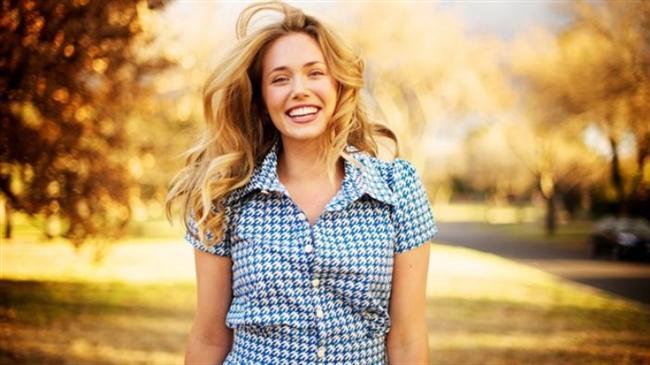 Dilinizi dişlerinizin arkasında tutarak gülümserseniz, yüzünüz gergin görünmeyecektir.