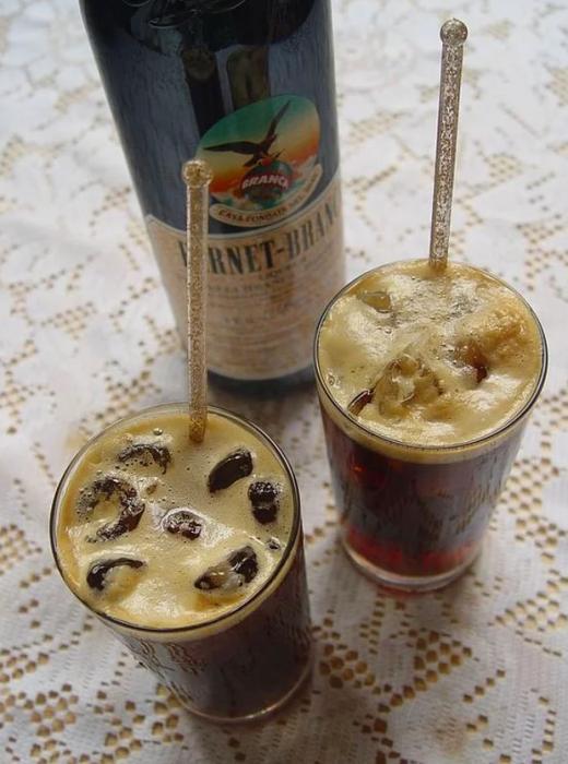 Fernet ( Arjantin )  Arjantin'de cola ve buz ile karıştırılıp, çiçek köklerinden elden edilen mide dostu bir içkidir. Vücuda zindelik ve ferahlık katması ise bonusu.
