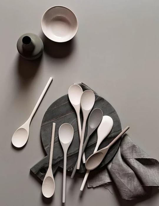 Mutfaklarda da gri zamanı  Yemeklerin kendi renklerini, canlılığını vurgulamak için sofranızı nötrleyin.