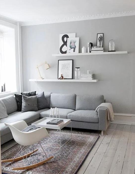 Daha küçük ve samimi mekanlarda, melanj gibi daha açık tonlara yönelebilirsiniz  Gri ağırlıklı dekorasyon, ortamı nötrleyeceği için karışık desenli bir halı, ortamı dengeleyecektir.