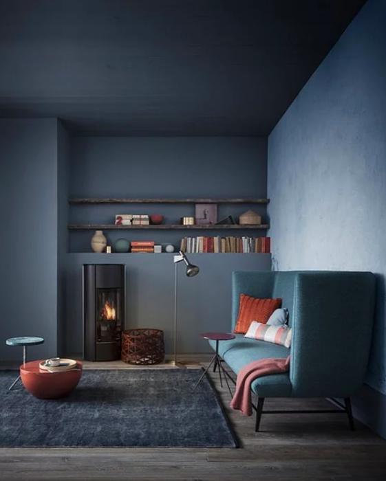 Duvarlarda gri tonlarıyla güçlü mekanlar yaratın  Daha canlı tonları da ufak detaylarda kullanarak, bu renklerin de etkisini kuvvetlendirmiş olursunuz.