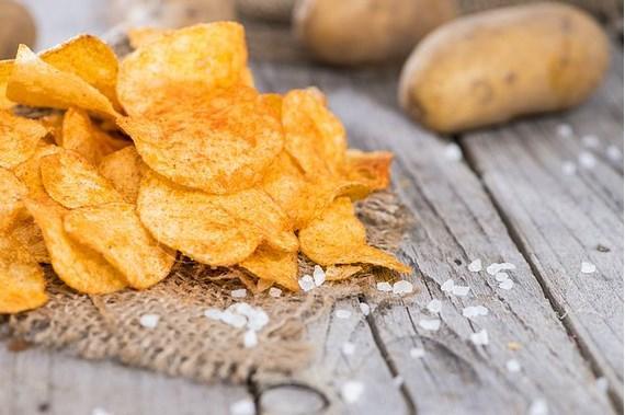 Patates cipsi uyuz bir müşteri sayesinde bulunmuş   1850'lerde New York'taki Moon Lake Lodge restoranında çalışan bir şef uyuz bir müşteriye çatmış. Müşteri sürekli olarak patates kızartmalarının çok kalın olduğunu söyleyip geri gönderiyormuş. Artık kızgınlıktan deliren şef o kadar ince kesip o tuzlamış ki patatesleri cips halini almışlar. Uyuz müşterilere kızmamak gerekiyormuş demek ki bazen.