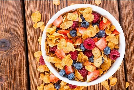 Mısır gevreği doktorlar granola bar tarifini tutturamayınca bulunmuş   1989 yılında W.K. Kellogg ve Dr. John Harvey Kellogg kardeşler Michigan'da bir akıl hastanesinde çalışıyorlarmış. Hastaları için doyurucu ve sağlıklı bir yiyecek hazırlamak isterlerken haşladıkları buğdayı yanlışlıkla unutmuşlar. Buğdaydan yaptıkları hamur bir anda parçalara ayrılmış ve aslında oldukça lezzetli bir tat ortaya çıkarmış. Araştırmalarına devam eden kardeşler kararı buğday yerine mısırda kılmışlar ve mısır gevreği ortaya çıkmış.