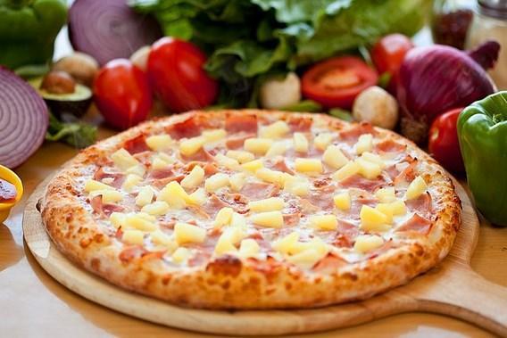 Hawai pizza deneyci bir şef tarafından bulunmuş   Hawai pizza denilince sanki gerçekten Hawai'den çıkmış gibi geliyor insana. Ancak öyle değil. Kanada'nın Ontario kentinde 1962 yılında restoran açan şef Sam Panoloulos kendi kendine pizza çeşitleri ve malzemeleri denerken buluvermiş bu pizzayı. Hawai pizzasız gün geçiremem canım kıvamında değil tabii ki bu pizzaya olan aşkımız ama bilgi Kanada'da olsa alın gelin demişler.