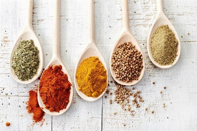 Farklı aromalardan faydalanın  Yiyeceklere lezzet kazandırmak istiyorsanız, karabiber, pul biber ve kekik gibi baharatlardan faydalanın. Bazı karışım baharatlar tuz içerebildiği için bu karışımları tercih etmemenizde fayda var. Ayrıca limon suyu, sirke, sarımsak gibi aromalardan da yararlanabilirsiniz.