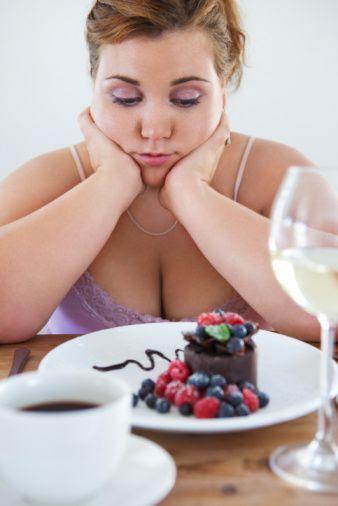 -Çok az yemek yiyorum ama yine de zayıflayamıyorum. Bunun nedeni nedir?  'Zayıflamak için aç kalmanın iyi bir başlangıç olduğu düşünülür. Oysa bu yanlış bir düşüncedir. Çok düşük kalorili diyetlerde olduğu gibi aç kalma da vücudun normal işlev göstermesi için gerekli enerji ve besin öğelerini sağlamada yetersiz kalır. Hızlı zayıflama yağ kütlesinden ziyade genellikle su ve kas kütlesi kaybına neden olur…'
