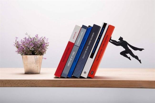 """Kitaplarınızı tutan süper kahramanlar   Superheroes isimli seri, gizli metal taban ve mıknatıs kullanılarak üretilmiş.   <a href=  http://foto.mahmure.com/yasam/bilinmesi-gereken-27-parlak-fikir_40285 style=""""color:red; font:bold 11pt arial; text-decoration:none;""""  target=""""_blank""""> Bilinmesi Gereken 27 Parlak Fikir"""