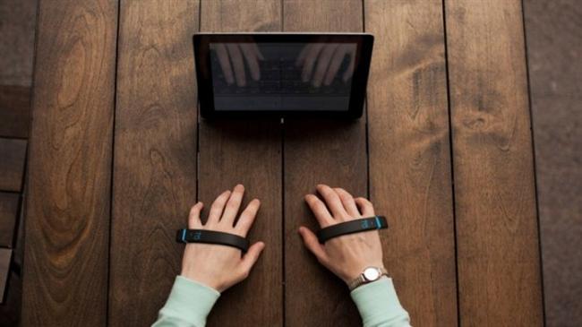 Görünmez bilgisayar klavyesi   Sihirli Noki klavyemiz, el bileklerine takılan bir aparat sayesinde parmak hareketlerini izliyor. Kullanmak zor olsa da çok etkileyici değil mi?