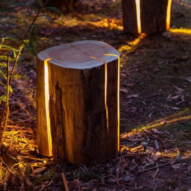 Ağaç kütüğünde lamba   Eski ağaç kütükleri kullanılarak oluşturulan lambalar, çatlak yerlerden ışık yayıyor. Çok hoş ve doğal görünüyor.