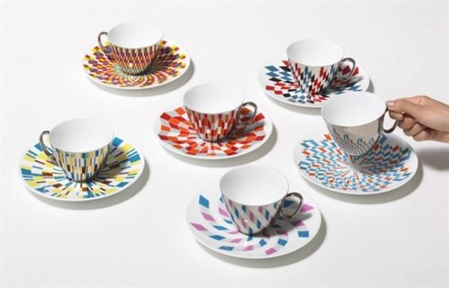 """Ayna fincan   D-Bros isimli bir Japon tasarım ekibi markasını """"Waltz"""" adını verdikleri bir fincan-tabak seti tasarlamış. Diğerlerinden farkı ise, aynalı fincanın tabaktaki desene bürünmesi. Gerçekten büyüleyici değil mi?"""