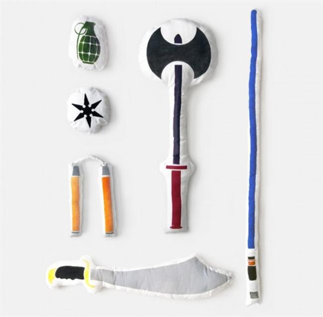 Yastık kavgası için özel yastıklar   Savaşlar eğer yastıklarla yapılsaydı, dünya çok keyifli bir yer olurdu değil mi? Tasarımcı Bryan Ku, bu güzel düşünceden yola çıkarak, yastıkları silah şeklinde tasarlamış. Yastık savaşı sevenler, bu tasarımlara bayılacak!
