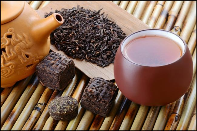 """Pu-erh çayı   Zayıflatıcı çaylar arasında ilk sırada gösterilen Pu-erh çayı, Çin'in Yunnan bölgesinde yetişiyor. Kırmızı çay olarak da bilinen Pu-erh çayı tam okside özelliği taşıyor. Pu-erh çayı şarap gibi yıllandıkça tadını daha iyi bulur. Polifenoler zengini olan bu çay ayrıca kolestrolü dengeleyici etkisi de bulunuyor.  <a href=  http://foto.mahmure.com/saglik/cilde-ve-sivilceye-iyi-gelen-besinler_38292 style=""""color:red; font:bold 11pt arial; text-decoration:none;""""  target=""""_blank""""> Cilde ve Sivilceye İyi Gelen Besinler"""