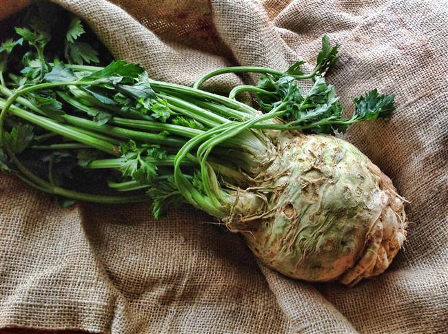 Celeriac    Görünüşü itibariyle kerevize pek benzemeyen bu sebzenin tadı kerevize çok yakındır. B6, C ve K vitamini içeren celeriac potasyum ve magnezyum zengini. Pahalı olmayan bu sebze mutfakta çok amaçlı kullanılabilir. Yemeği yapılabileceği gibi salatada da kullanılır.