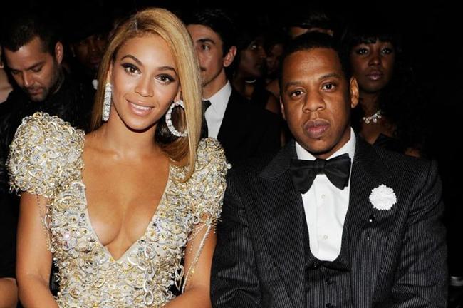 Beyonce'nin kocası Jay Z, ya da gerçek adıyla Shawn Carter kendi soyadının yanına bir de ünlü şarkıcının soyadı olan Knowles'u ekledi. Buna gerekçe olarak da Beyonce Knowles'un ailesinin hiç erkek çocuğu olmaması gösteriliyor.